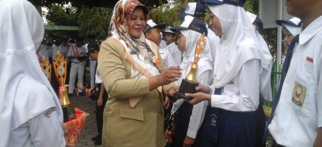Gelar Upacara Bendera, SMP Negeri 1 Wates Serahkan Piala Porsenitas Lomba PPK Kemataraman